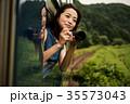 女性 電車 車窓の写真 35573043