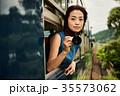女性 電車 車窓の写真 35573062