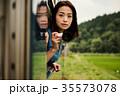 女性バックパッカー 車窓から撮影  35573078