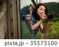 女性バックパッカー 車窓から撮影  35573100