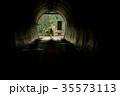 女性バックパッカー トンネル 35573113