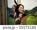 女性バックパッカー 車窓から撮影  35573180