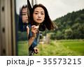 女性バックパッカー 車窓から撮影  35573215