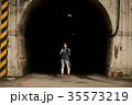 女性バックパッカー トンネル 35573219