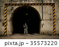 女性バックパッカー トンネル 35573220