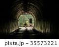 女性バックパッカー トンネル 35573221