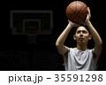 バスケをする男性 シュート 35591298