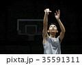 バスケをする男性 シュート 35591311