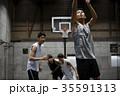 バスケをする男性 シュート 35591313
