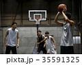 バスケをする男性 シュート 35591325