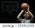 バスケをする男性 シュート 35591339