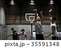 バスケをする男性 シュート 35591348