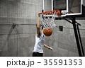 バスケをする男性 シュート 35591353