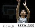 バスケをする男性 シュート 35591355
