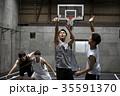 バスケをする男性 シュート 35591370