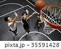 バスケをする男性 シュート 35591428
