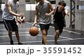 バスケをする男性 ドリブル 35591452