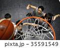 バスケをする男性 ゴール下 35591549