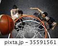 バスケをする男性 ゴール下 35591561