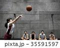バスケをする女性 シュート 35591597