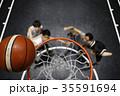 バスケをする男性 ゴール下 35591694