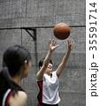 バスケをする女性 シュート 35591714