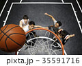 バスケをする男性 ゴール下 35591716