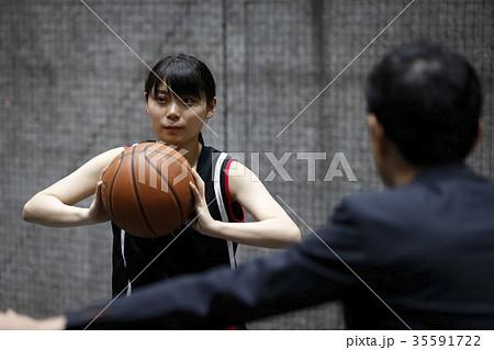 バスケの指導を受ける女性 35591722