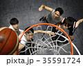 バスケをする男性 ゴール下 35591724
