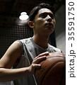バスケをする男性 シュート 35591750