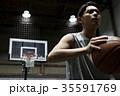バスケをする男性 シュート 35591769