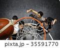 バスケをする男性 ゴール下 35591770