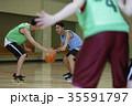 バスケをする男性 ドリブル 35591797