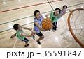 バスケをする男性 シュート 35591847