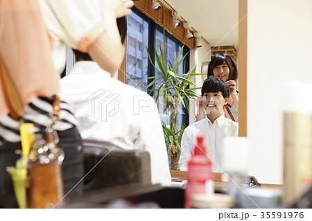 美容院 お客さんと美容師 35591976
