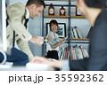 ビジネスマンとビジネスウーマン 35592362