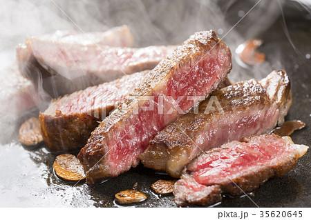 焼き上がったステーキ肉 35620645