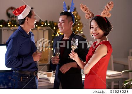 christmas office partyの写真素材 35623023 pixta