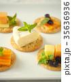 カマンベールとバラエティチーズのカナッペ (縦位置) 35636936