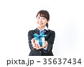 プレゼントを渡す学生 35637434