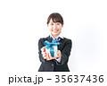 プレゼントを渡す学生 35637436