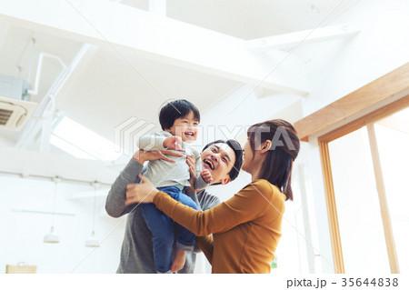 イクメン 育児 パパ 子ども 高い高い 35644838