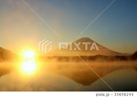 富士山と夜明けの光 35656243