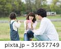 公園 遊ぶ 家族の写真 35657749