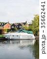 イギリス郊外の運河に停泊するボートと運河脇にある豪邸と黄色に色づく大木 35662441