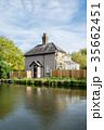 イギリス郊外の田舎の運河脇に立つレンガ造りの一軒家 35662451