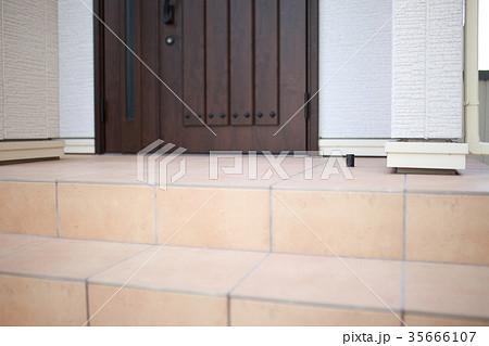 玄関 階段 (DIY 鉄平石 乱張り 石張り ジェラストーン 乱形石 施工 段差 外構 住宅) 35666107