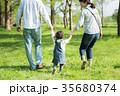 公園で遊ぶ親子 35680374