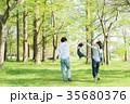 公園で遊ぶ親子 35680376