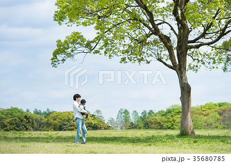 公園で遊ぶ親子(パパと娘) 35680785
